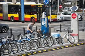 Le corse in bici sotto il cielo non sempre blu