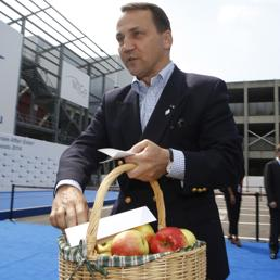 Sikorski sfida Putin e distribuisce le mele polacche a Milano bandite da Mosca