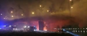 Varsavia, pompieri al lavoro 12 ore per domare incendio su ponte