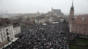 La Polonia si divide sull'aborto: la Czarny Protest si riversa sulle strade del paese