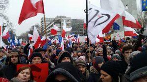 Polonia Oggi: La legge sui media infiamma lo scontro politico. Manifestazioni in tutto il paese