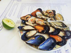 Smak luksusu czy morskie robale? Stosunek Polaków do owoców morza