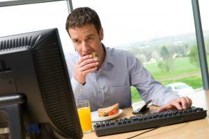 Polonia Oggi: La metà dei polacchi non si allontana dal posto di lavoro in pausa pranzo