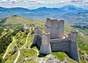 Abruzja, duchowe ścieżki i kulturowe szlaki turystyczne między górami a morzem