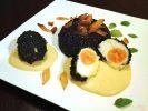 Chrupiące jajka w czarnym ryżu z kremem z papryki